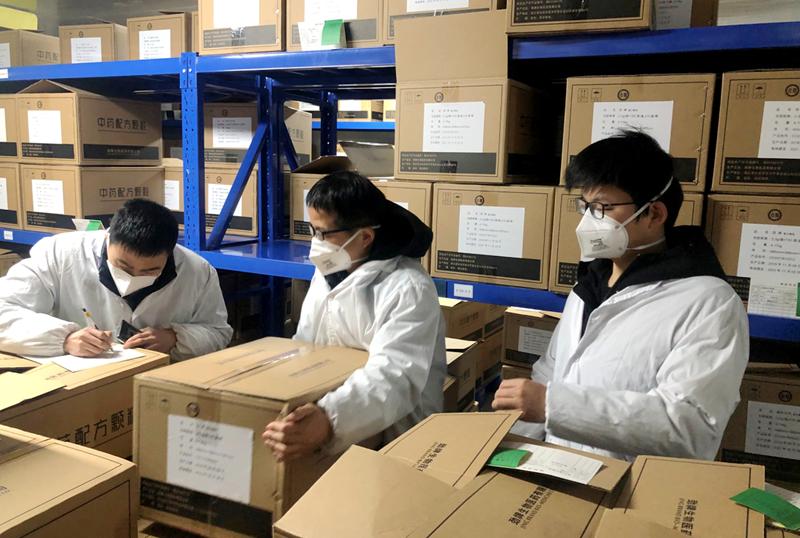 圖片4生產人員調配藥品原料.png